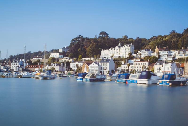 La imagen tiene un atributo ALT vacío; su nombre de archivo es jersey-st-aubins-harbour-uk.jpg